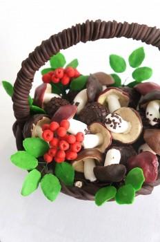 Шоколадная корзина №15 с грибами и ягодами