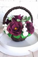 Шоколадная корзина №26 с белыми и темно-фиолетовыми цветами