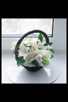 Шоколадная корзина №19 с белыми розами и лилиями