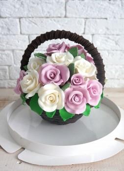 Шоколадная корзина №27 с белыми и лиловыми розами