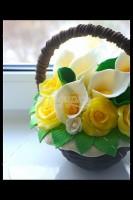 Шоколадная корзина №13 с желтыми розами и белыми каллами