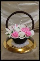 Шоколадная корзина №3 с белыми и розовыми цветами