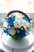 Шоколадная корзина №21 с белыми и синими цветами