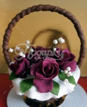 Шоколадная корзина №4 с темно-фиолетовыми цветами