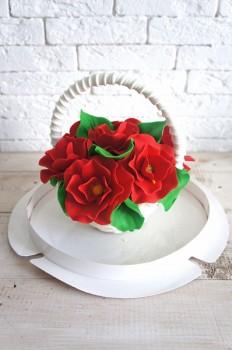 Шоколадная корзина №1 с красными крупными цветами