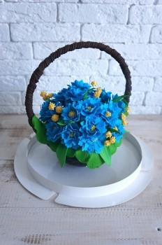 Шоколадная корзина №30 с голубыми цветами