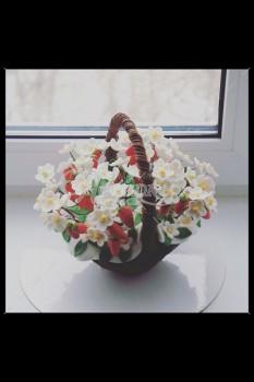 Шоколадная корзина №11 с цветами и ягодами земляники