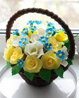 Шоколадная корзина №20 с белыми, желтыми и голубыми цветами