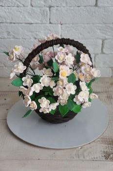 Шоколадная корзина №14 с мелкими белыми цветами