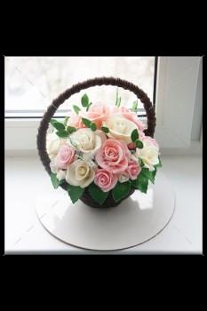 Шоколадная корзина №18 с розовыми и белыми розами