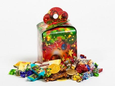 Сладкий подарок к Новому году в картонной упаковке Кубик-Рубик красный